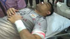 Indosport - Andritany Ardhiyasa saat digotong ke mobil ambulance.