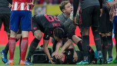 Indosport - Laurent Koscielny mengerang kesakitan.