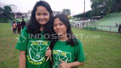 Indosport - Putri (kanan) dan Nazwa (kiri) bersama kapten PSMS.