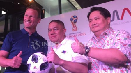 Teddy Sheringham (kiri), M. Feriadi (Presiden Direktur JNE) (tengah), dan David Kim (kanan) (ketua Futbal Momentum Asia) - INDOSPORT