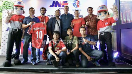Teddy Sheringham berfoto dengan United Indonesia. - INDOSPORT