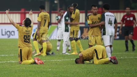 Rasa syukur para pemain Bhayangkaraa FC usai pertandingan.