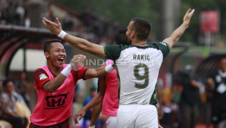 Selebrasi pemain PS Tira, Aleksander Rakic usai cetak gol ke gawang BFC.