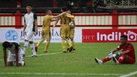 Selebrasi para pemain BFC usai mencetak gol ke gawang PS Tira.
