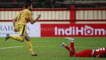 Selebrasi pemain BFC, Vladimir Vujovic usai mencetak gol penyama ke gawang PS Tira.