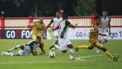 Indosport - Aksi pemain BFC, Paulo Sergio memberi umpan kepada rekannya Wahyu Subo Seto.