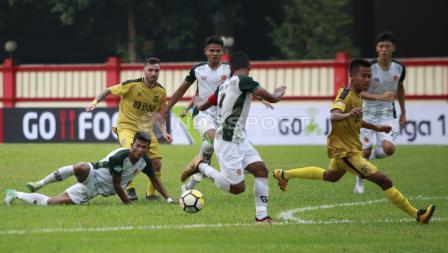 Aksi pemain BFC, Paulo Sergio memberi umpan kepada rekannya Wahyu Subo Seto.