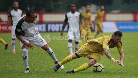 Pemaim BFC, Paulo Sergio dijatuhkan oleh pemain PS Tira, Gustavo Lopez.
