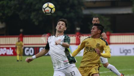 Duel antara pemain PS Tira, Nikola Komazec dengan pemain BFC.
