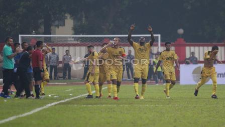 Selebrasi pemain BFC, Herman Dzumafo bersama rekan-rekannya atas gol ke empat ke gawang PS Tira.