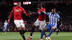 Indosport - Manchester United akan memperpanjang kontrak beknya yang kerap cedera, Eric Bailly (tengah), agar tidak melepasnya secara cuma-cuma