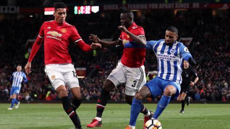 Manchester United akan memperpanjang kontrak beknya yang kerap cedera, Eric Bailly (tengah), agar tidak melepasnya secara cuma-cuma - INDOSPORT