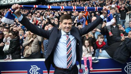 Steven Gerrard yang kini menangani klub Liga Skotlandia, Glasgow Rangers, memperpanjang kontraknya dan berjanji akan membawa trofi kemenangan. - INDOSPORT
