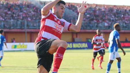 Selebrasi Fabiano Beltrame usai cetak gol ke gawang Persib. - INDOSPORT