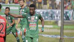 Indosport - Wilfreid Yessoh melakukan selebrasi usai cetak gol ke gawang Barito Putera.