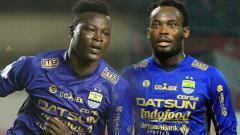 Indosport - Ezechiel NDouassel dan Michael Essien.