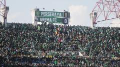 Indosport - Bonek sudah memenuhi stadion Gelora Bung Tomo.