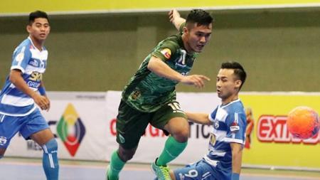 Pemain Vamos Mataram berusaha melewati pemain SKN FC Kebumen. - INDOSPORT