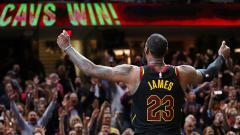 Indosport - LeBron James melakukan selebrasi.