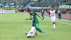 Indosport - Pemain Arema FC menjegal Oktafianus Fernando.