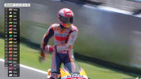 Marc Marquez lakukau selebrasi di atas motor setelah dirinya berhasil finish pertama di Moto GP Spanyol. - INDOSPORT