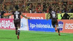 Indosport - Rizky Pellu dan M. Rahmat melakukan selebrasi usai mencetak gol.
