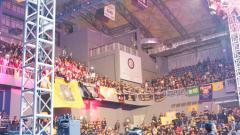 Indosport - Suasana penonton meriahkan pertarungan Mixed Martial Arts (MMA).
