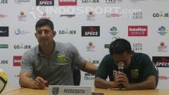 Indosport - Alfredo Vera menenangkan Rendi Irwan.
