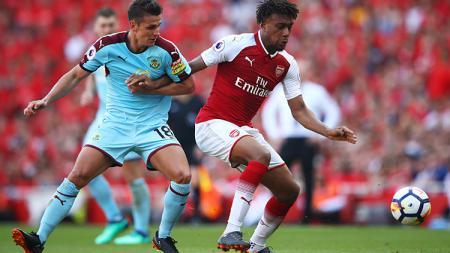 Pemain Arsenal dan Burnley saling merebut bola - INDOSPORT