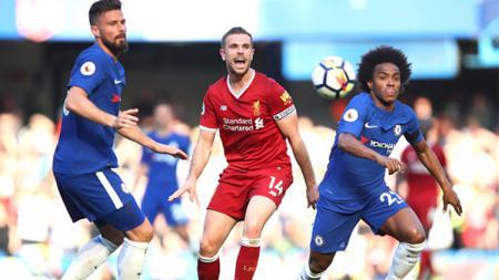 Saling mengejar bola baik pemain Chelsea dan Liverpool. - INDOSPORT