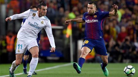 Bale mengincar bola. - INDOSPORT