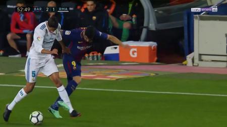 Raphael Varane vs Luis Suarez. - INDOSPORT