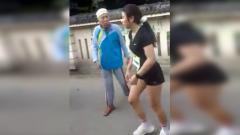 Indosport - Perempuan pelari yang sedang berlomba menjadi korban persekusi warga, hanya karena dinilai tidak mengenakan busana islami.