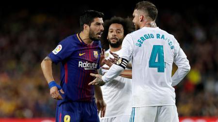 Luis Suarez melakukan protes kepada Sergio Ramos. - INDOSPORT