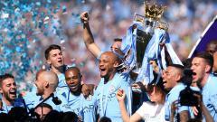 Indosport - Vincent Kompany dan skuat Man City merayakan trofi Liga Primer Inggris.