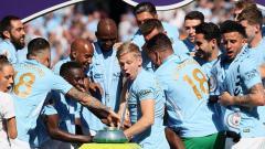 Indosport - Skuat Manchester City melongo melihat trofi Liga Primer Inggris terjatuh.