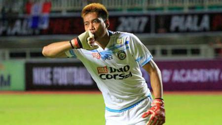 Pelatih baru Arema FC asal Brasil, Felipe Americo mengaku 'kepincut' dengan sosok kiper legendaris Kurnia Meiga. - INDOSPORT