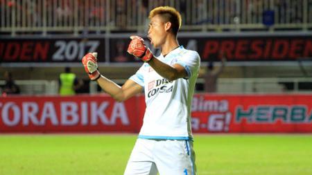 Kurnia Meiga saat membela Arema FC di turnamen sepak bola Piala Presiden 2017. - INDOSPORT