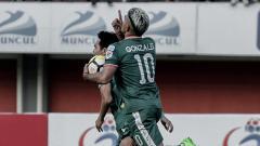 Indosport - Cristian Gonzales yang kini membela PSS Sleman, tengah berselebrasi setelah mencetak gol.