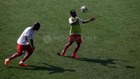 Latihan Persipura Jayapura sebagai persiapan melawan Persib Bandung di Lapangan C Senayan, Jakarta.