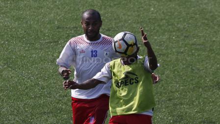 Duel dua pemain Persipura Jayapura saat latihan.