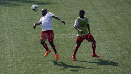 Boaz Solossa (kiri) mengontrol bola dalam latihan.