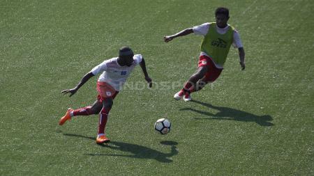 Aksi Boaz Solossa (kiri) menggiring bola. - INDOSPORT