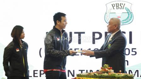 Pemberian potongan tumpeng kepada kapten Piala Thomas, Hendra Setiawan.