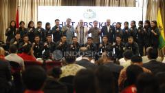 Indosport - Skuat Thomas dan Uber Cup Indonesia foto bersama bersama pengurus PBSI.