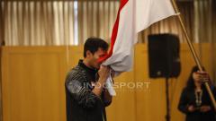 Indosport - Pemain ganda putra, Muhammad Ahsan mencium bendera Merah Putih.