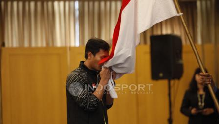 Pemain ganda putra, Muhammad Ahsan mencium bendera Merah Putih.