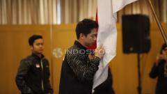 Indosport - Pemain ganda putra, Kevin Sanjaya mencium bendera Merah Putih.