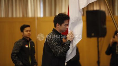 Pemain ganda putra, Kevin Sanjaya mencium bendera Merah Putih.