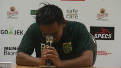 Indosport - Rendi Irwan menangis usai pertandingan persebaya lawan Arema FC.